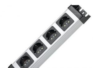 Kopp Powerversal Steckdosenleiste 4-fach, 1,40 m Zuleitung, 3600W/16A, 90° gedrehte Anschlüsse, Mehrfachsteckdose mit Schutzkontakt, Wandmontage, ohne Schalter, Farbe Silber-Schwarz, 226120010