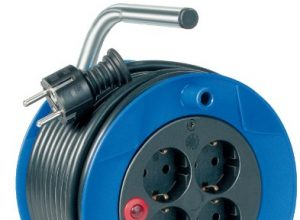 Brennenstuhl Garant Kompakt Kabeltrommel 15m – Spezialkunststoff, Einsatz im Innenbereich, Made In Germany blau
